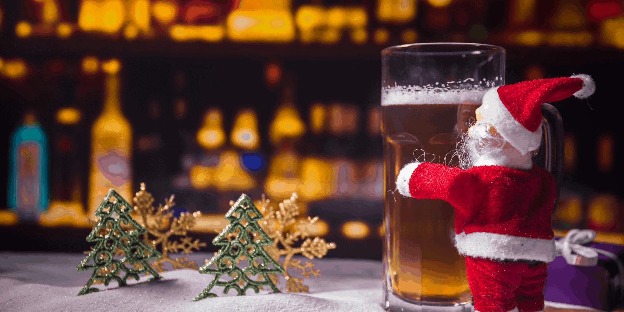 la storia delle birre di natale con babbo natale che abbraccia un boccale di birra