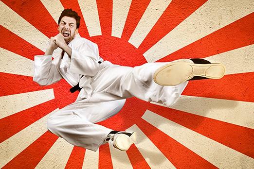 uomo che fa karate