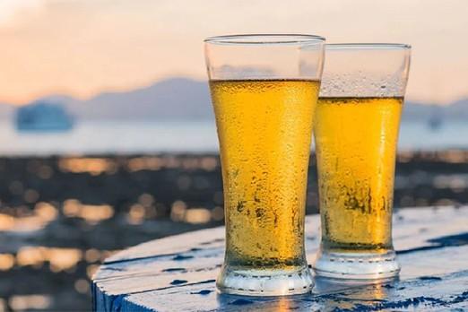 due boccali di birra al tramonto