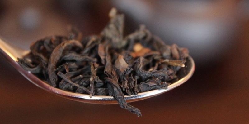 cucchiaio con la varietà di tè più cara al mondo