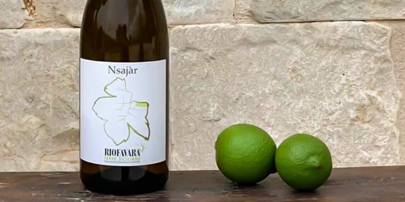 bottiglia di Nsajar di Riofavara con due lime